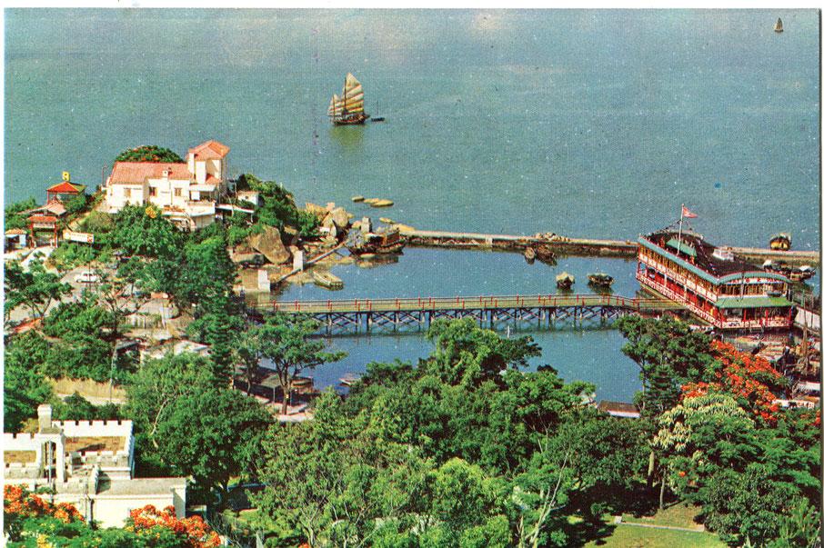 因填海發展,青山灣的海岸線早已面目全非。六十年代,仍可見到圖左的容龍別墅和右方的太白海鮮舫。 (圖片/張順光)