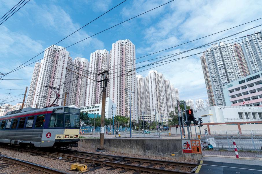 1988年啟用的輕鐵,貫通屯門和元朗兩個新市鎮,為居民帶來利便的交通。除了地面行駛外,其中不少架空的路段。