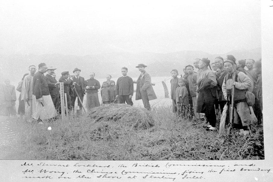 1889年,清政府和英國官員勘定深港邊界,立下木牌,作為日後界碑之處。 (圖片/政府檔案處)