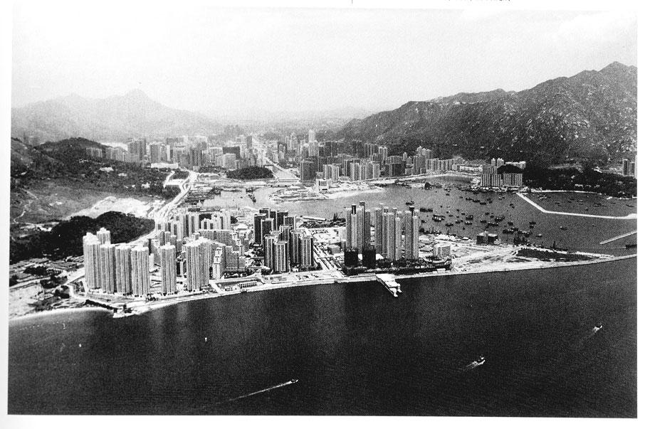 新市鎮發展下,青山灣曾進行大規模填海,得到的土地作為興建屋邨樓宇。圖中可見美樂花園、蝴蝶邨和三聖邨。 (圖片/鄭寶鴻)