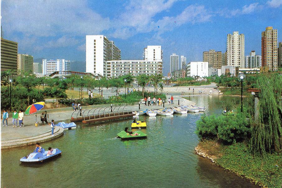 屯門首個公共屋邨—新發邨,因為讓路興建西鐵,於2002年連同旁邊的遊樂場被清拆。 (圖片/張順光)